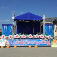 Сцена средняя с цветами вид спереди