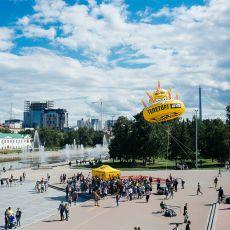 Юбилейный торт телеканала 2х2 летает в небе над Екатеринбургом