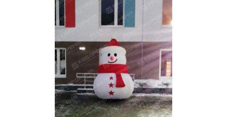Новогодняя фигура снеговик с красным шарфиком и звездочками-пуговками