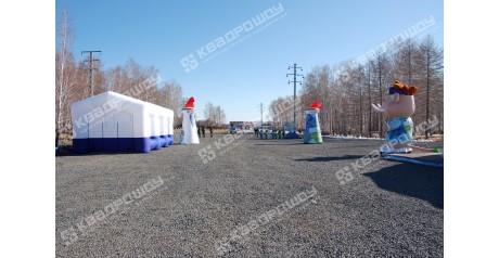 Надувные конструкции: белый павильон-шатер, воздушные колонны и символ праздника