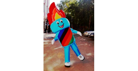 Фото веселого, танцующего костюма-факела