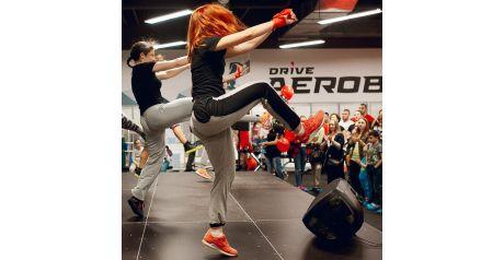 Тренера танцуют на сценическом подиуме