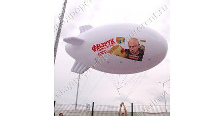Белый надувной дирижабль с рекламой ТНТ1