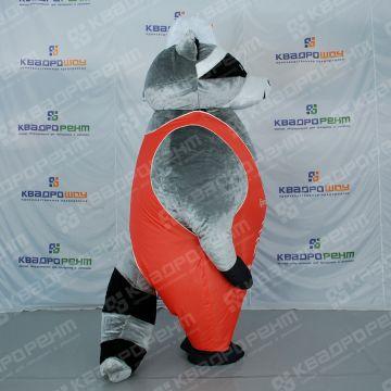 Меховой, надувной костюм енота в комбинезоне для строительной компании вид сбоку