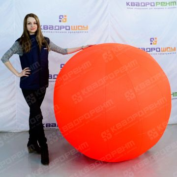 Большой надувной мяч оранжевого цвета