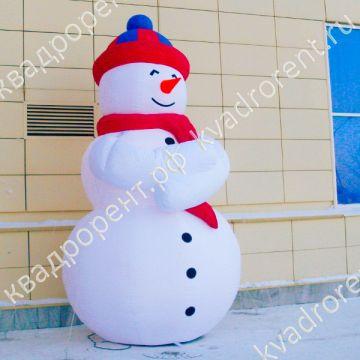 Надувная фигура Снеговик в шапке у торгового центра