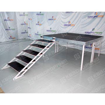 Мобильный подиум с лестницей фото сбоку